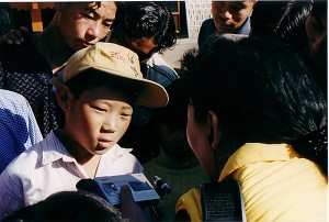 Ms. Sheng Xue and children of Dharamsala Refugee Camp (Cheng Xue/Epoch Times)
